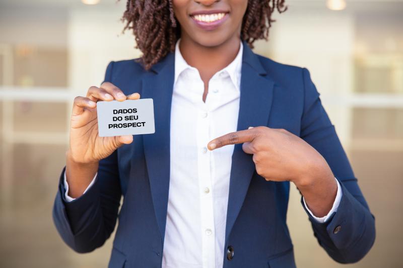Empresária mostrando o cartão de identificação